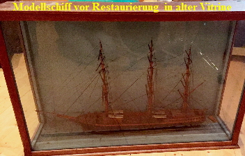 Wasserlinienmodell-in-alter-Vitrine